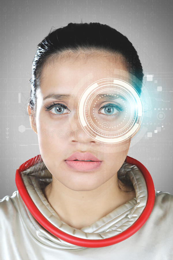 Mujer futurista con un holograma virtual imagen de archivo