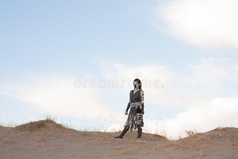 Mujer futurista de la cebra en dunas de arena imagen de archivo libre de regalías