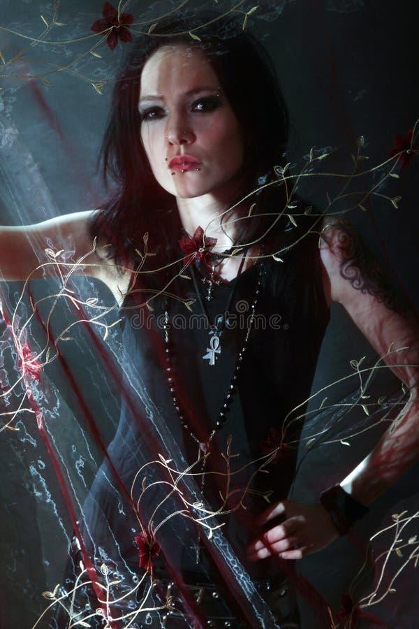 Mujer gótica joven imagen de archivo