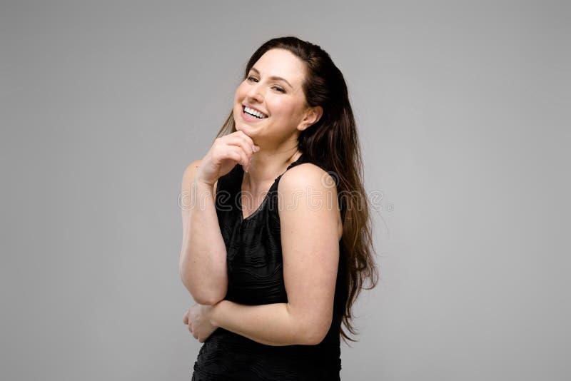 Mujer gorda atractiva en ropa de moda fotos de archivo libres de regalías