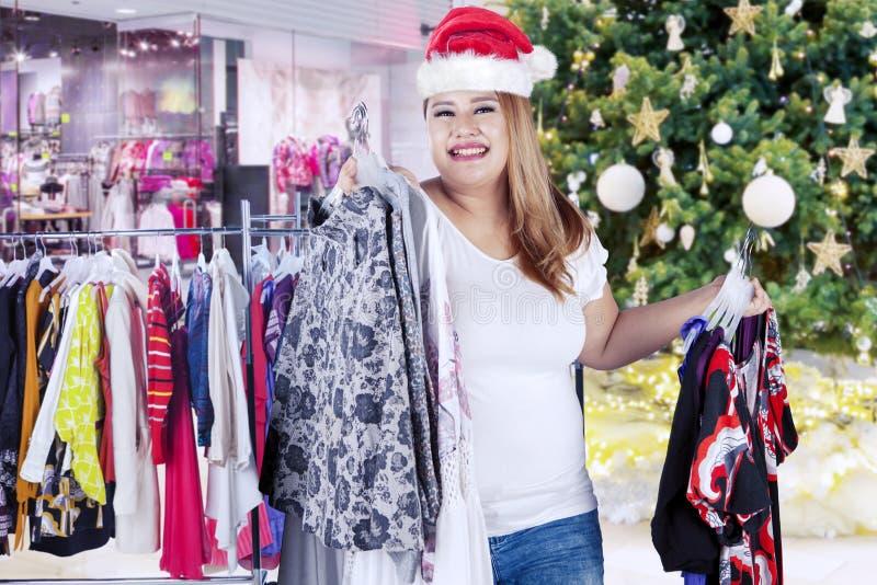 Mujer gorda que compra mucho vestido fotografía de archivo