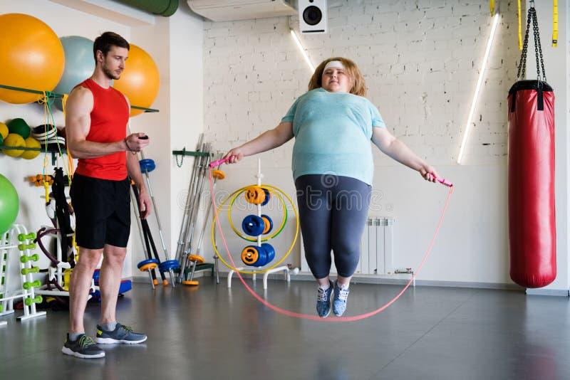 Mujer grande con la cuerda de salto foto de archivo