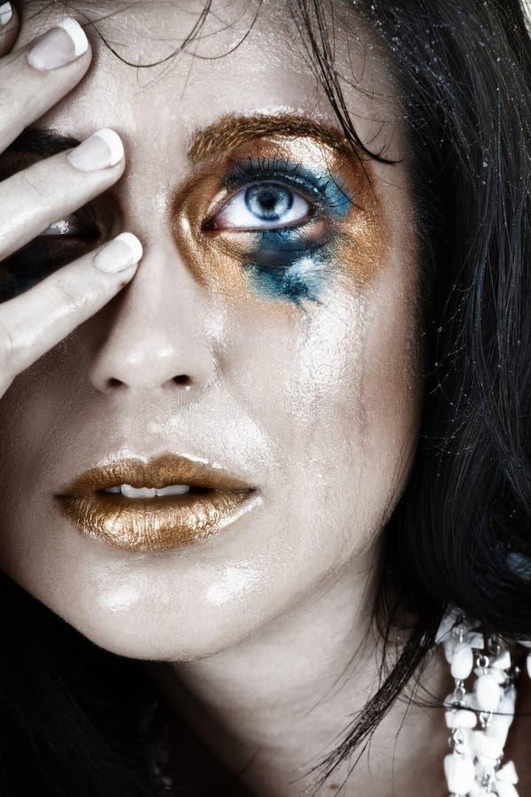 Mujer gritadora trastornada con maquillaje manchado fotografía de archivo libre de regalías