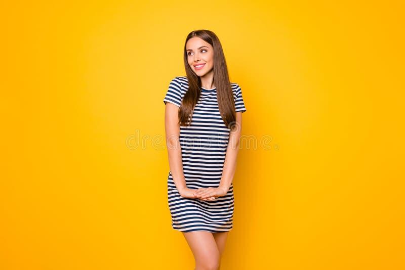 Mujer guapa con buen humor alegre el clima soleado usar vestido blanco rayado vestido azul aislado fondo amarillo foto de archivo libre de regalías
