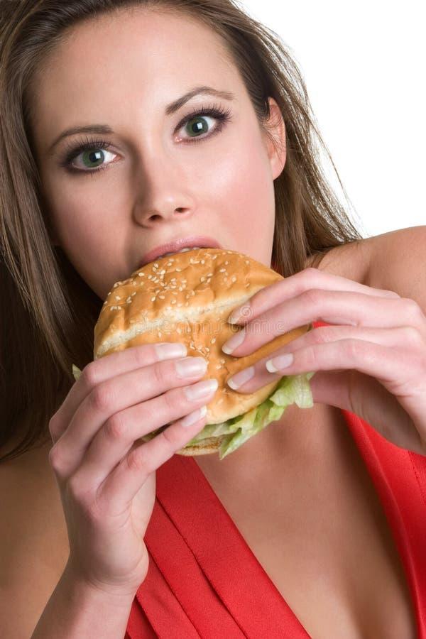 Mujer hambrienta de la hamburguesa foto de archivo