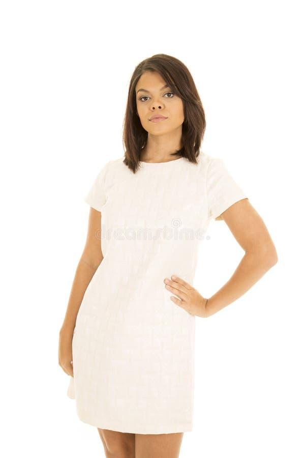 Mujer hawaiana en la mano blanca del soporte del vestido en cadera foto de archivo libre de regalías