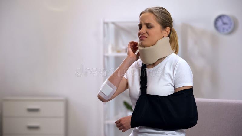 Mujer herida en dolor sufridor cervical de la honda del cuello y del brazo de la espuma en hombro foto de archivo libre de regalías