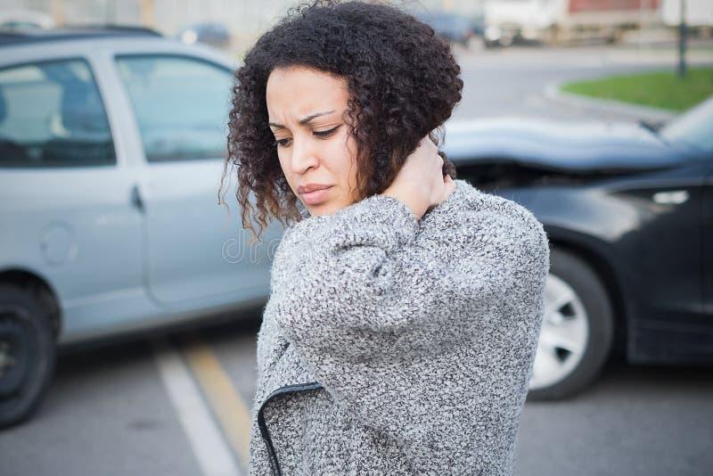 Mujer herida que se siente mal después teniendo choque de coche imagenes de archivo
