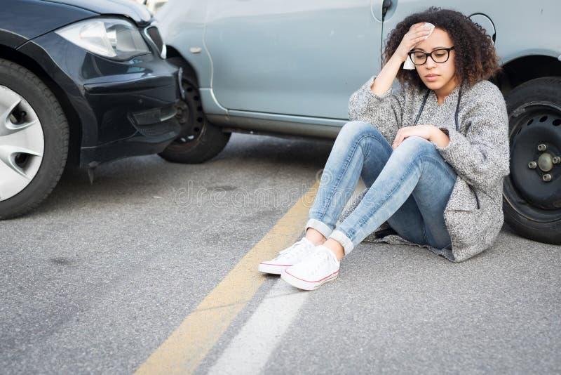 Mujer herida que se siente mal después teniendo choque de coche imagen de archivo