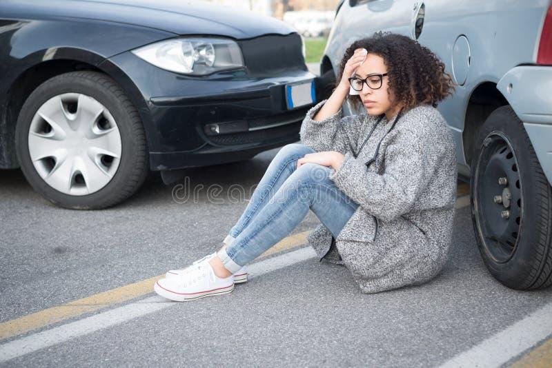 Mujer herida que se siente mal después teniendo choque de coche imagen de archivo libre de regalías