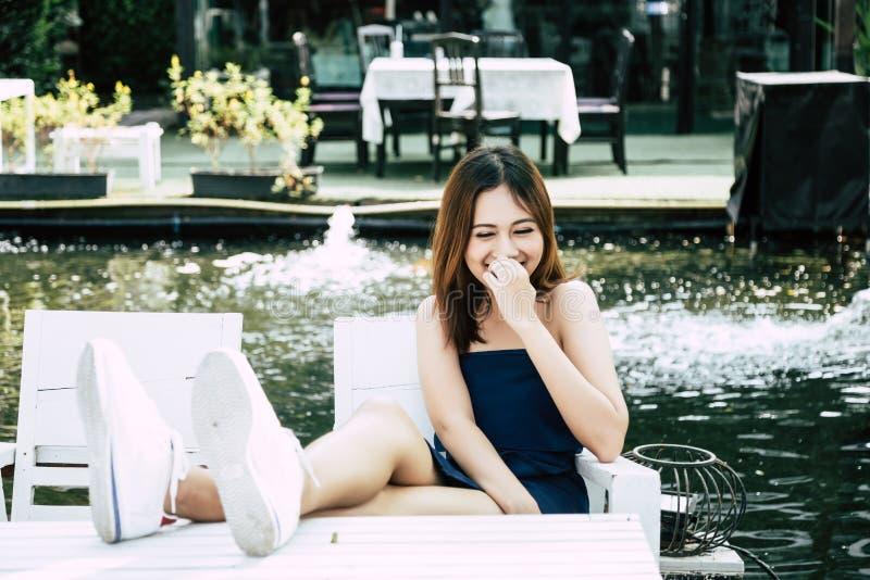 Mujer hermosa alegre del retrato: La muchacha atractiva está riendo una historia de la broma imágenes de archivo libres de regalías