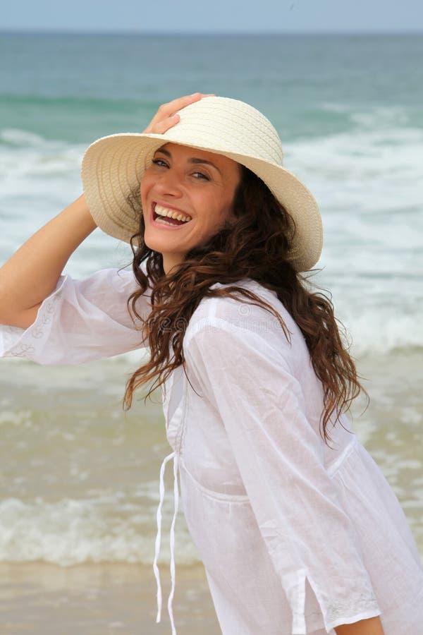 Mujer hermosa AR la playa foto de archivo