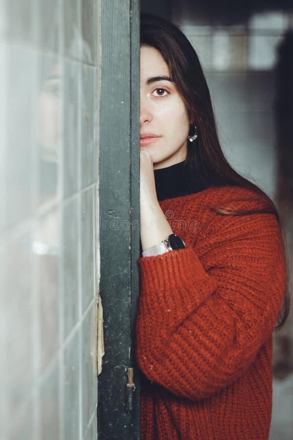 Mujer hermosa asustada que mira la cámara en una casa abandonada Cara triste del adolescente deprimida imagenes de archivo