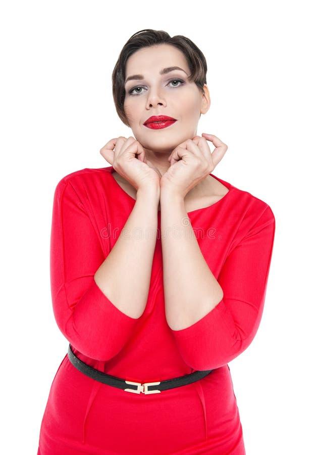 Mujer hermosa atractiva del tamaño extra grande en la presentación roja del vestido aislada imagen de archivo libre de regalías