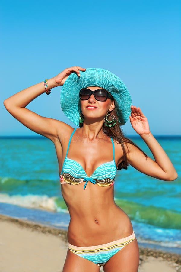 Mujer hermosa atractiva en costa de mar fotografía de archivo libre de regalías