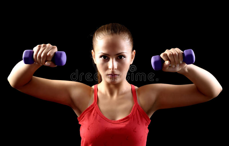 Mujer hermosa atractiva en gimnasio imagenes de archivo