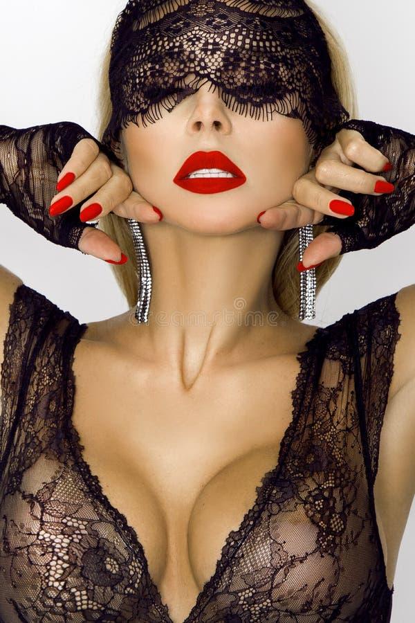 Mujer hermosa, atractiva en traje del conejito de Halloween, de pascua y máscara negra del cordón foto de archivo libre de regalías