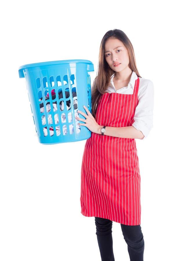 Mujer hermosa cansada que sostiene la cesta de ropa imagen de archivo libre de regalías