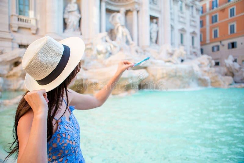Mujer hermosa cerca de la fuente del Trevi, Roma, Italia imagen de archivo libre de regalías