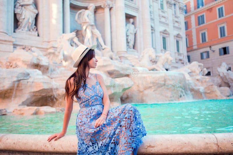 Mujer hermosa cerca de la fuente del Trevi, Roma, Italia La muchacha feliz disfruta de día de fiesta italiano de las vacaciones e fotos de archivo