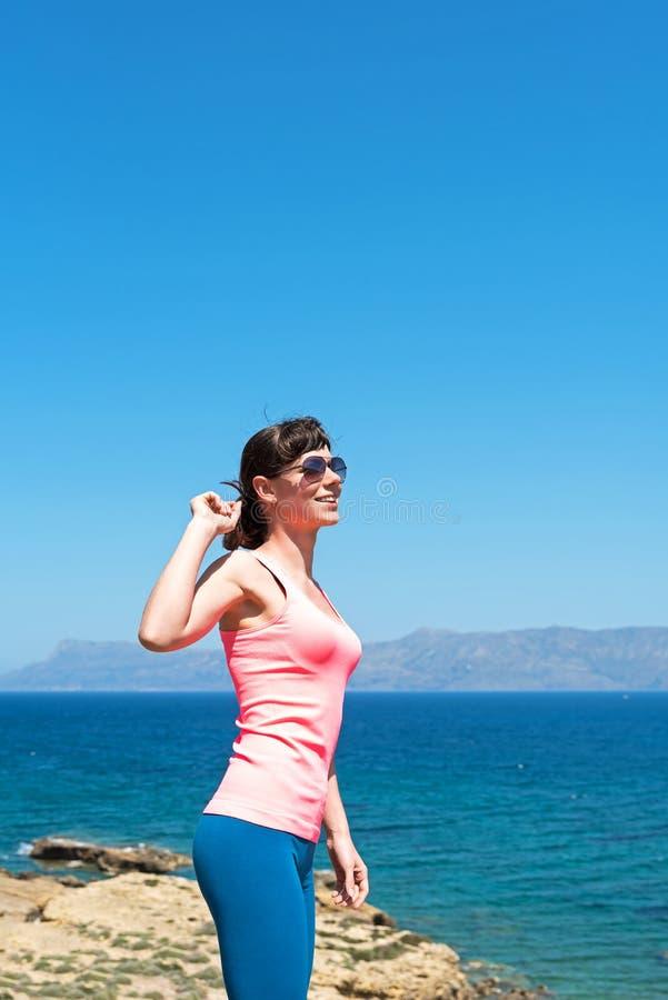 Mujer hermosa cerca del mar durante vacaciones de verano fotos de archivo libres de regalías
