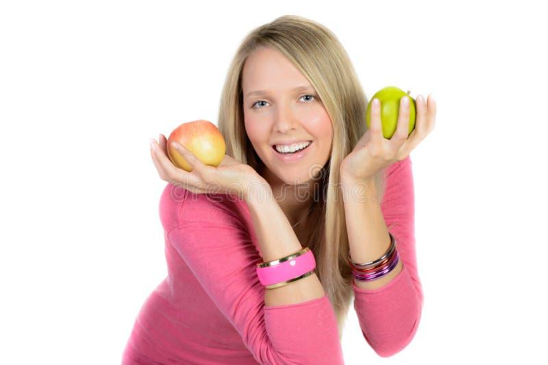 Mujer hermosa con dos sonrisas de las manzanas foto de archivo
