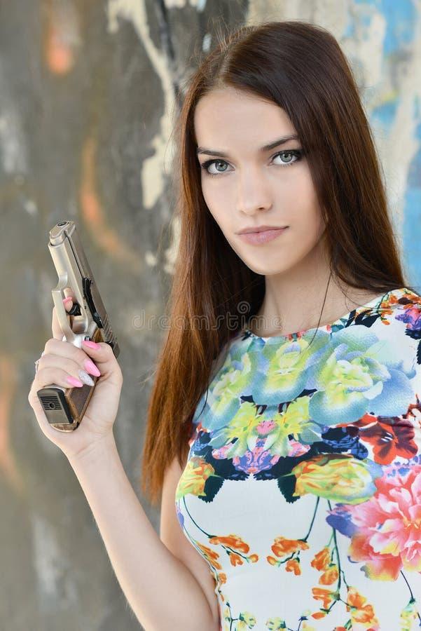 Mujer hermosa con el arma imágenes de archivo libres de regalías