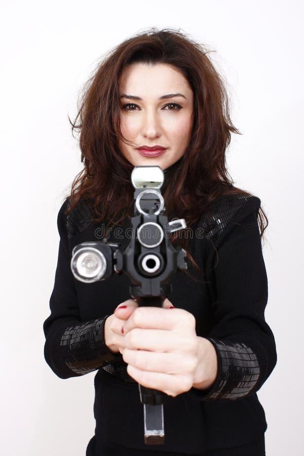 Mujer hermosa con el arma del asalto imagen de archivo libre de regalías