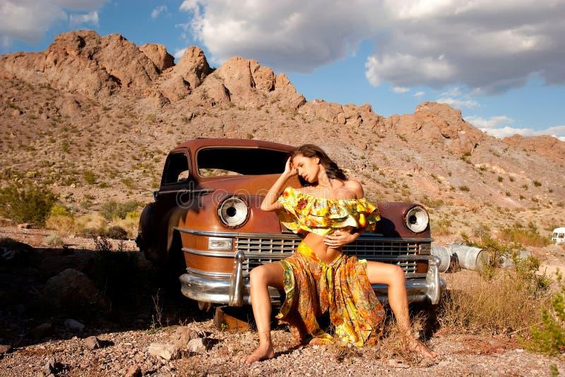 Mujer hermosa con el coche viejo fotos de archivo libres de regalías