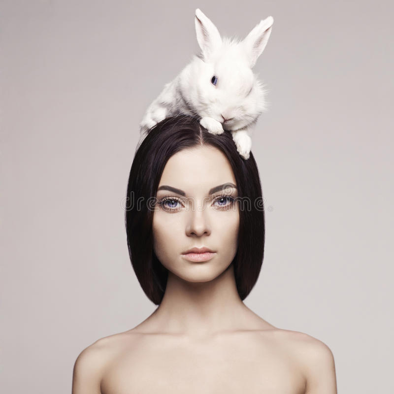 Mujer hermosa con el conejo fotos de archivo libres de regalías