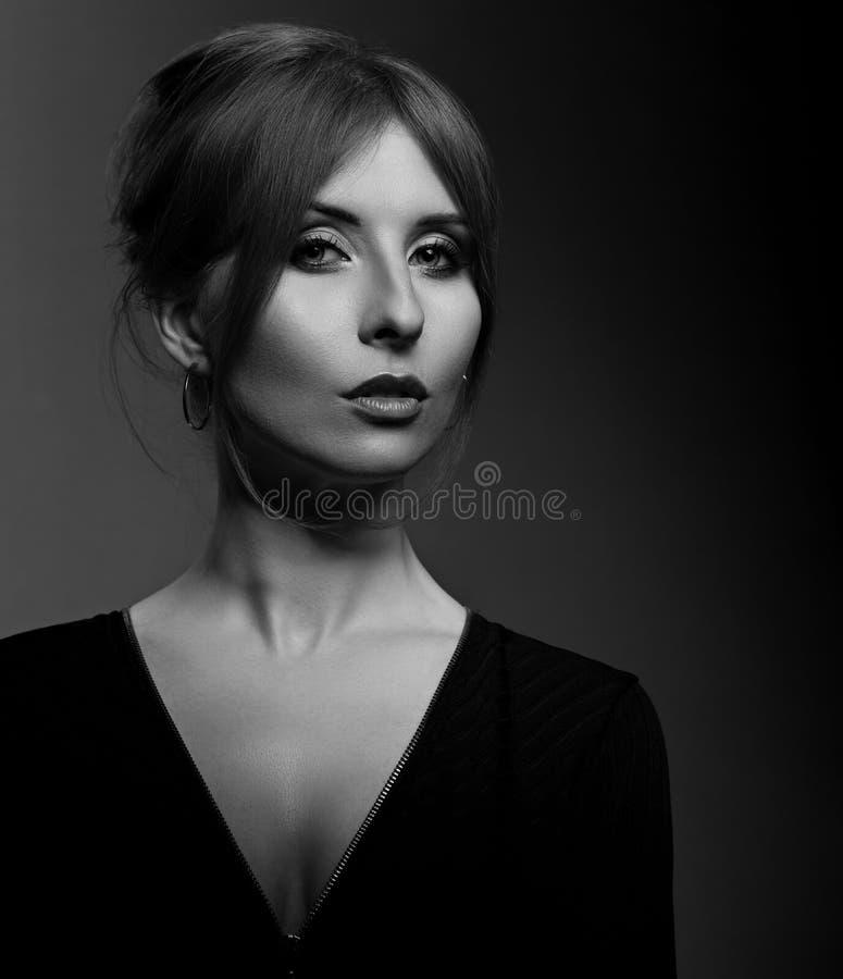 Mujer hermosa con el cuello elegante largo en la chaqueta l del negro de la moda foto de archivo
