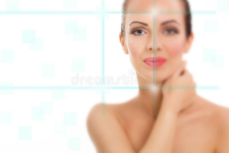 Mujer hermosa con el foco virtual del holograma en ella ojos, MED fotografía de archivo libre de regalías
