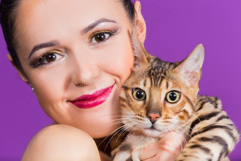 Mujer hermosa con el gato fotos de archivo libres de regalías