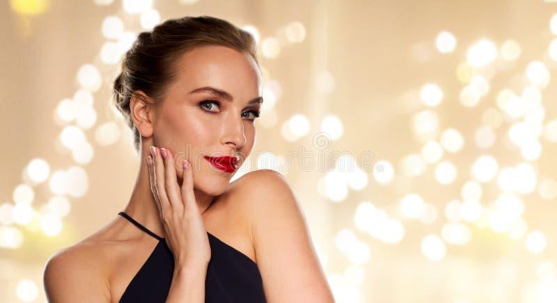Mujer hermosa con el lápiz labial rojo fotografía de archivo libre de regalías
