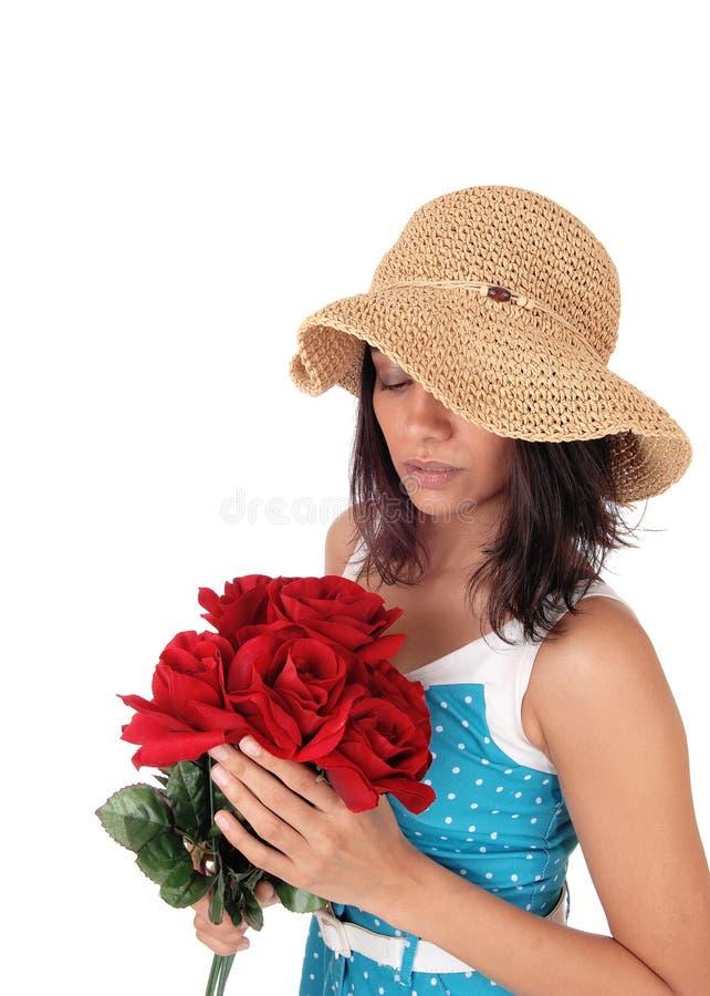 Mujer hermosa con el manojo de rosas rojas fotografía de archivo libre de regalías