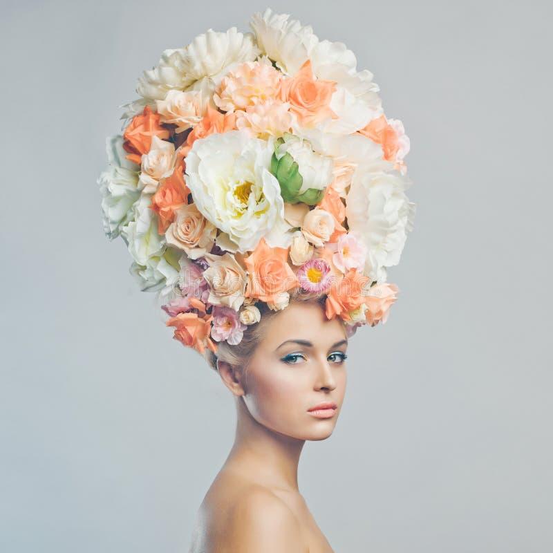 Mujer hermosa con el peinado de flores imagen de archivo
