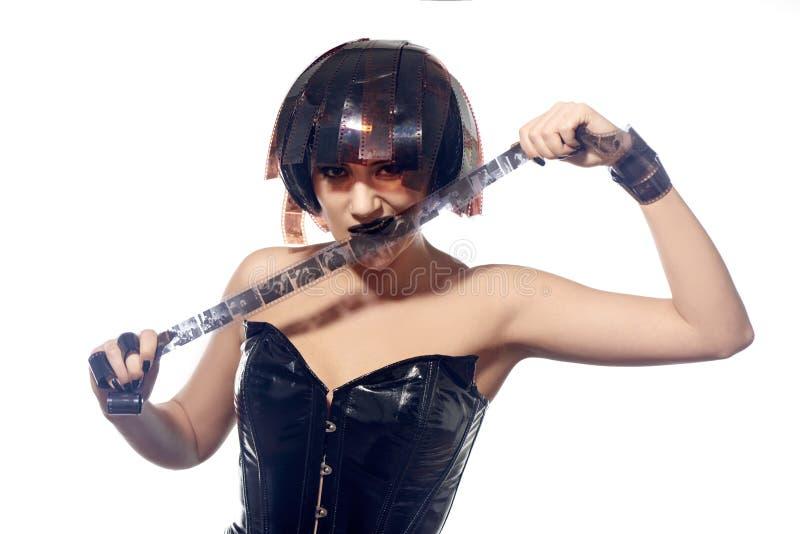 Mujer hermosa con el peinado de las tiras de película fotografía de archivo libre de regalías
