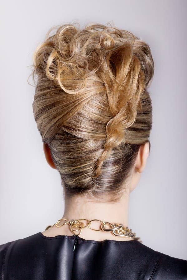 Mujer hermosa con el peinado del salón de la tarde Peinado complicado para el partido fotografía de archivo libre de regalías