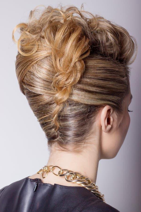 Mujer hermosa con el peinado del salón de la tarde Peinado complicado para el partido foto de archivo libre de regalías