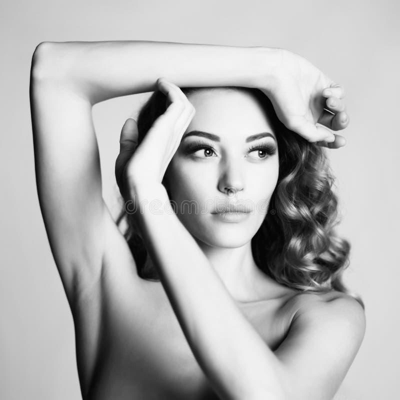 Download Mujer Hermosa Con El Peinado Elegante En Fondo Gris Foto de archivo - Imagen de fine, ojos: 100528346