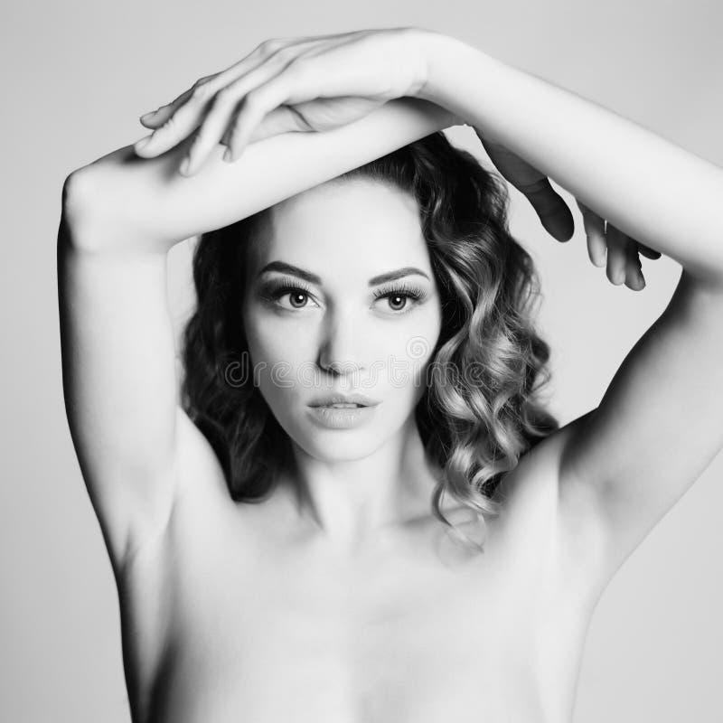 Download Mujer Hermosa Con El Peinado Elegante En Fondo Gris Imagen de archivo - Imagen de belleza, fine: 100528377