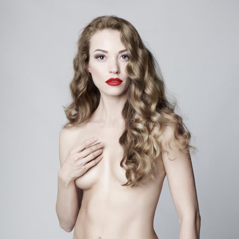 Download Mujer Hermosa Con El Peinado Elegante En Fondo Gris Imagen de archivo - Imagen de belleza, señora: 100528421