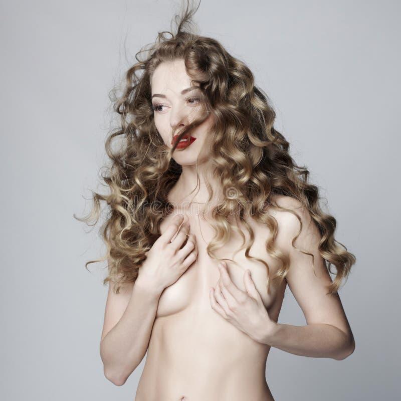 Download Mujer Hermosa Con El Peinado Elegante En Fondo Gris Imagen de archivo - Imagen de hairdo, lujo: 100528437