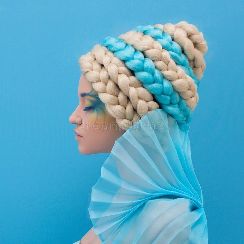 Mujer hermosa con el peinado inusual foto de archivo