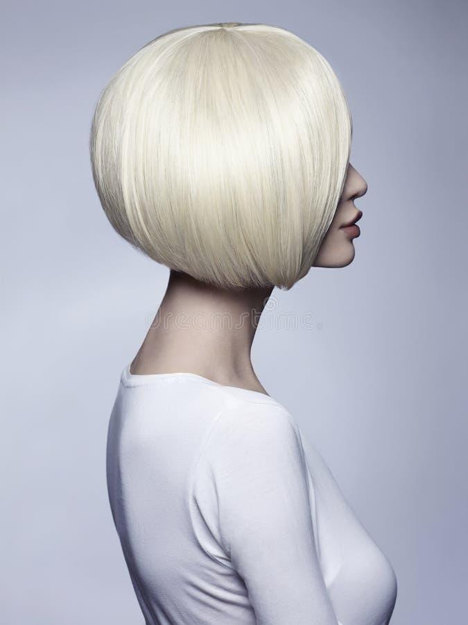 Mujer hermosa con el peinado inusual de la sacudida imagenes de archivo
