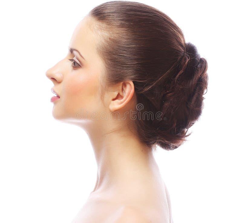Mujer hermosa con el peinado profesional fotografía de archivo libre de regalías