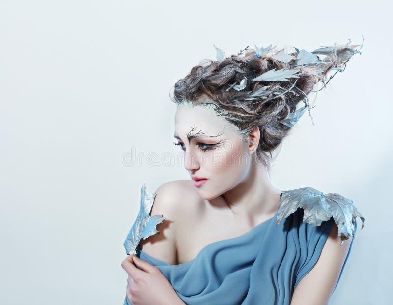 Mujer hermosa con el pelo de la fantasía fotos de archivo