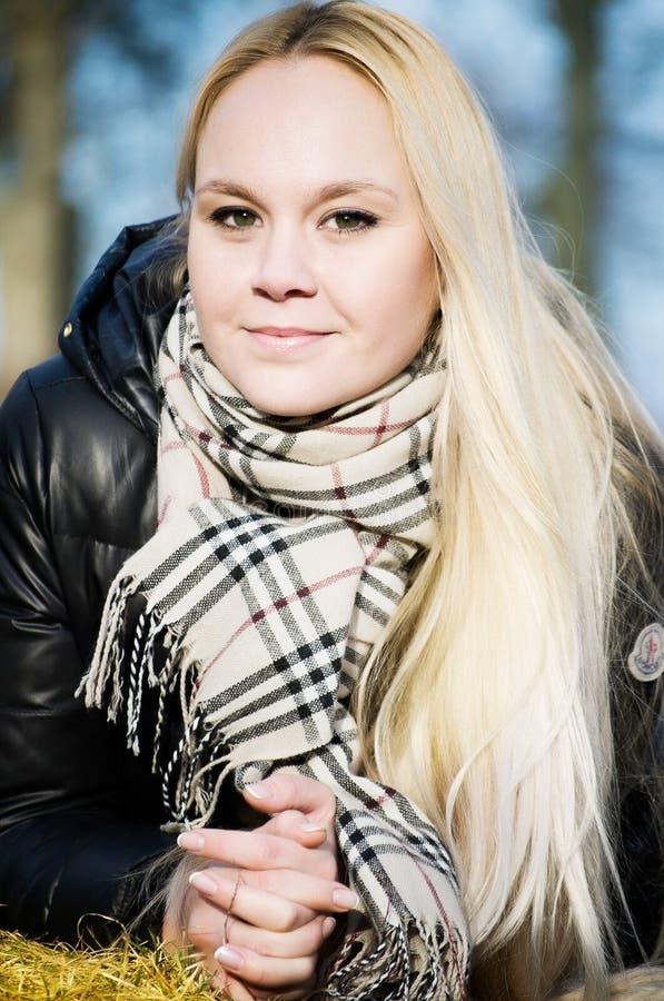 Mujer hermosa con el pelo del blodnde imagenes de archivo