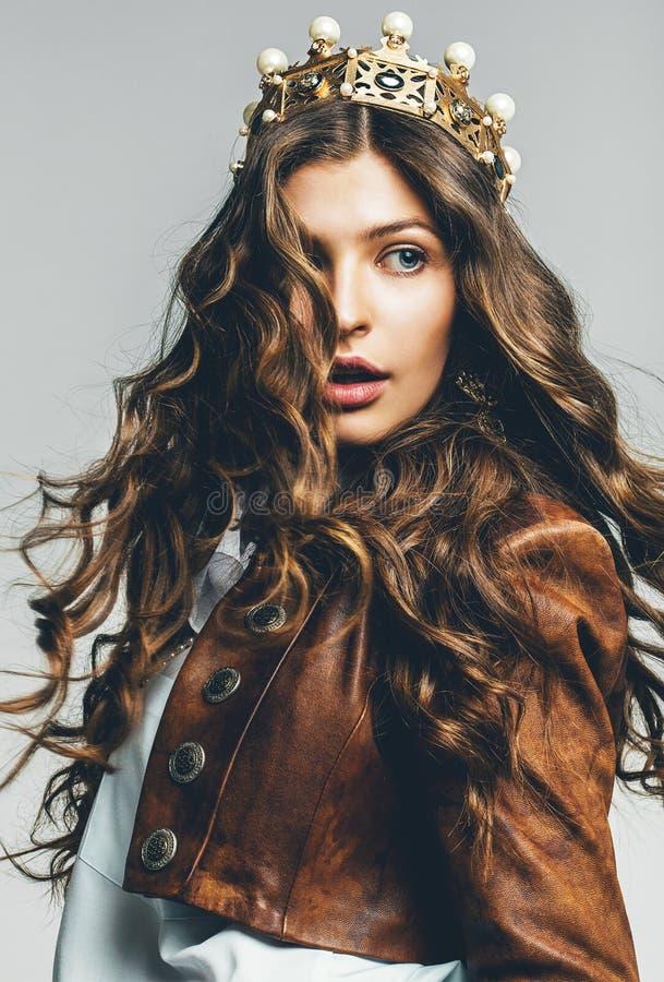 Mujer hermosa con el pelo del vuelo en corona fotos de archivo