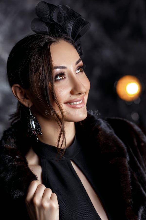 Mujer hermosa con el pelo hermoso, maquillaje y con los pendientes de lujo fotos de archivo libres de regalías